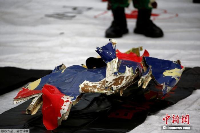 当地时间1月10日,印尼雅加达Tanjung Priok港,运抵港口的坠毁客机残骸。