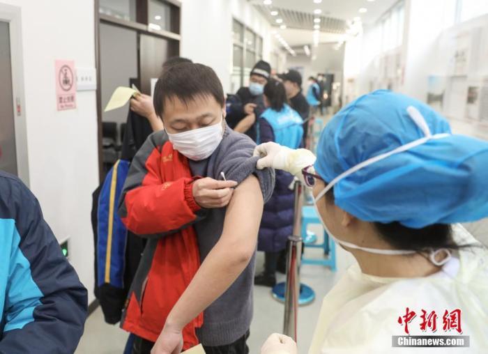 资料图:医护人员为接种者注射疫苗。中新社记者 贾天勇 摄
