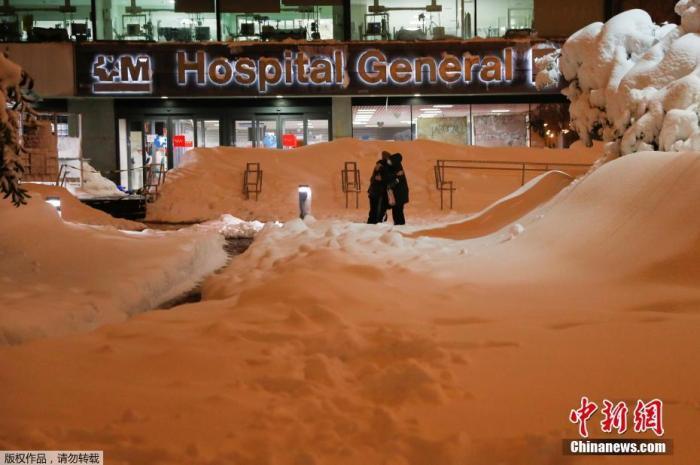 """当地时间1月10日据西班牙内政大臣马拉斯卡说,风暴""""菲洛梅娜""""带来的暴雪和寒冷天气造成西班牙4人死亡。图为西班牙马德里,拉巴斯大学医院门前被白雪覆盖。"""