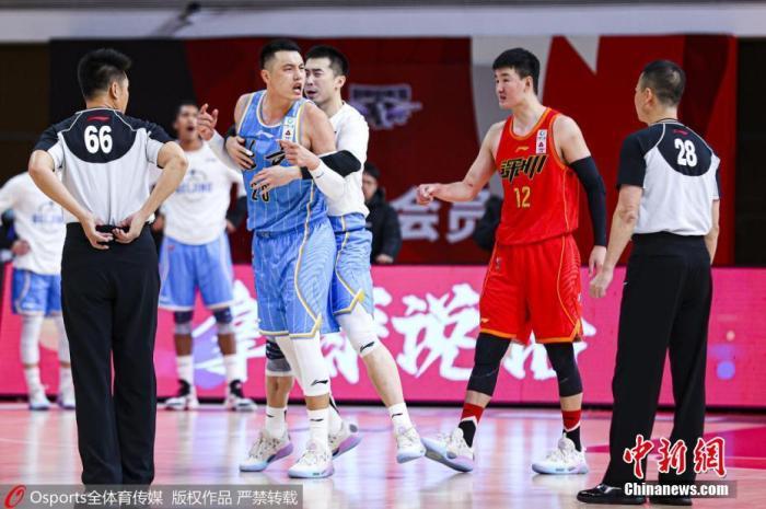 1月10日,2020-2021赛季中国男人篮球职业联赛(CBA)第二阶段第28轮,深圳马可波罗队95比92险胜北京首钢队。角逐最后时刻,北京首钢队刘晓宇在深圳马可波罗外援阿斯基亚·布克三分线外投篮时,被判违体犯规。深圳马可波罗三罚全中,最后以95比92战胜北京首钢队。图为球场上产生争执。图片来历:Osports全体育图片社