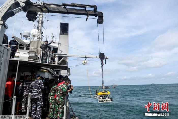 当地时间2021年1月11日,印度尼西亚达戈戎不碌港,搜救人员持续开展搜寻工作。