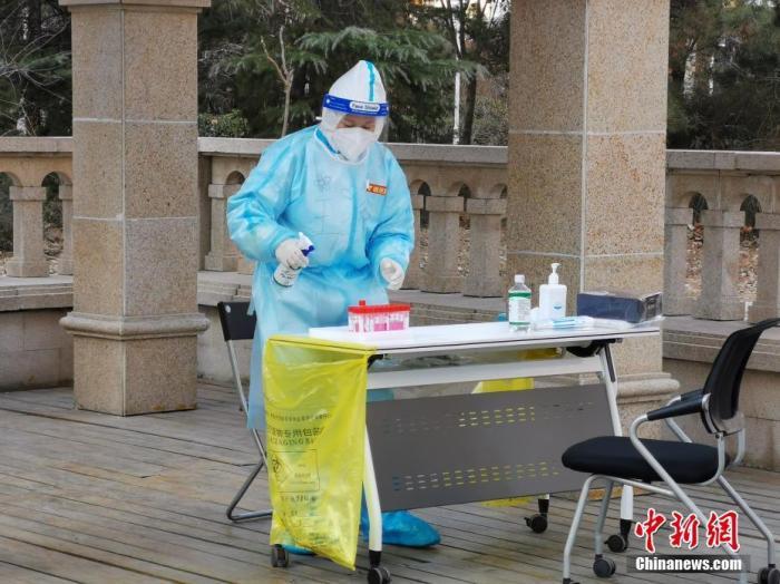 资料图:1月10日,河北省石家庄市一社区进行第二次全员核酸检测。 中新社发 屈冠华 摄