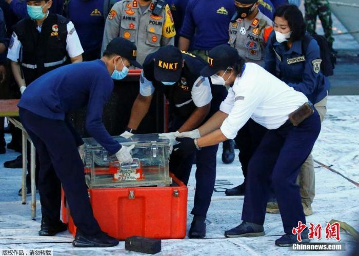 当地时间1月12日,印尼海军找到三佛齐航空公司失事飞机的黑匣子,黑匣子被直接带到雅加达丹绒布禄码头。