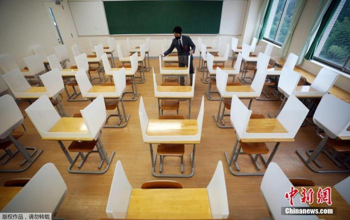 当地时间2021年1月12日,日本琦玉县,当地一所私立中学入学考试,考场教室因疫情设置隔板,保持社交距离。