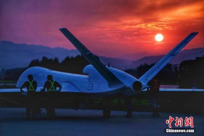 1月11日,由中国航天科工集团第三研究院海鹰航空通用装备有限公司牵头研制的WJ-700高空高速长航时察打一体无人机圆满完成首飞试验。WJ-700无人机的航时、航程和载重等关键性能指标,达到同等吨位量级无人机的国内领先、国际先进水平,具备防区外对地攻击、反舰、反辐射等空对面精确打击作战和广域侦察监视作战能力。图为WJ-700无人机(资料图片)。 <a target='_blank' href='http://www.chinanews.com/'>中新社</a>发 中国航天科工集团 供图