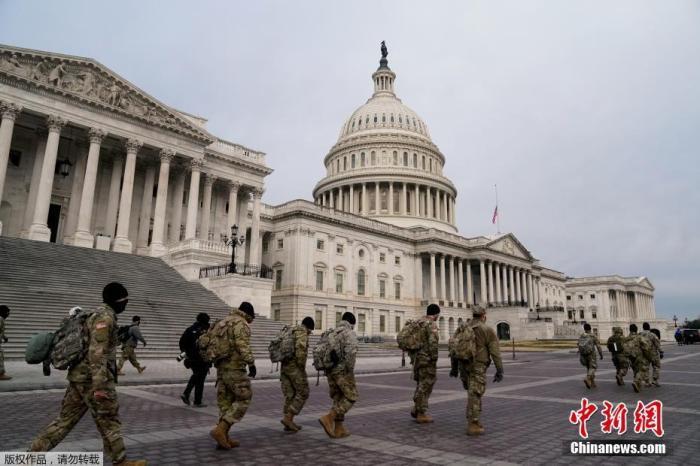 当地时间1月11日,美国首都华盛顿,国民警卫队成员抵达美国国会大厦。