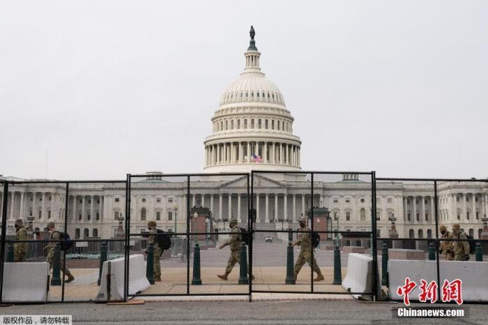 美国国防部国民警卫局局长向媒体证实,国防部已经批准最多15000名国民警卫队士兵,应对特区政府需求部署在华盛顿特区内保障新总统就职典礼顺利举行。在上周国会遭冲击之后,目前已经有6200名国民警卫队士兵被调派到华盛顿特区内进行部署。图为当地时间1月11日,美国首都华盛顿,国民警卫队成员抵达美国国会大厦。