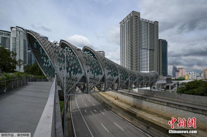 据悉,马来西亚新增新冠确诊病例及死亡病例与日俱增,导致医疗体系几乎不胜负荷。图为吉隆坡的萨洛马连接桥。