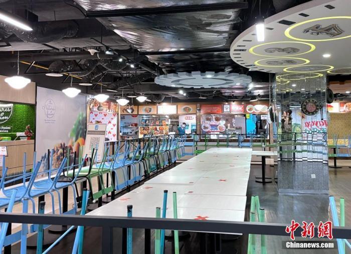 图为根据规定餐饮店仅允许外卖,不得堂食,一家商场内的美食中心桌椅都被收起。 中新社记者 陈悦 摄