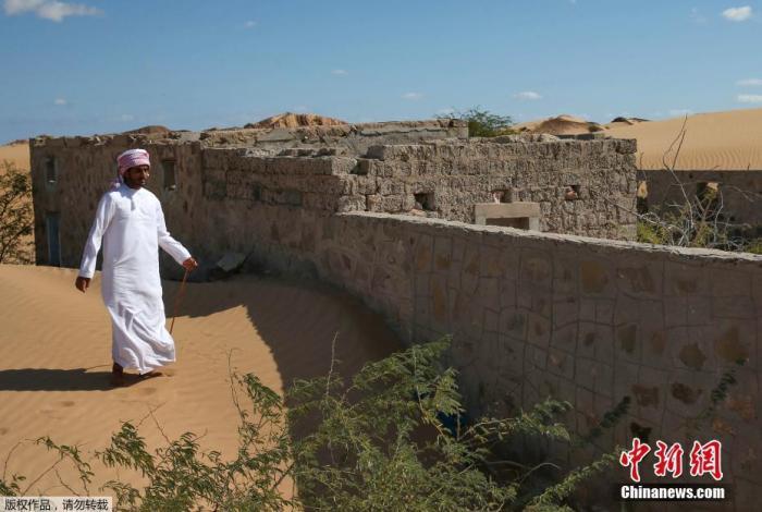 资料图:气候变化加速沙漠化,阿曼村庄被风沙掩埋。