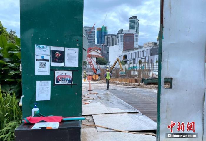 图为吉隆坡市区一个建筑工地仍在施工,但增加了消毒等防疫措施。 <a target='_blank' href='http://www.chinanews.com/'>中新社</a>记者 陈悦 摄