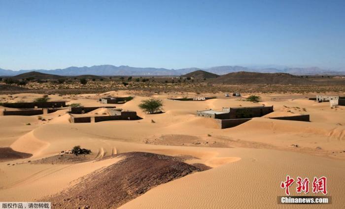 2021年1月12日讯,阿曼马斯喀特西南部,即将消失在沙漠中的村庄Wadi al-Murr。Wadi al-Murr存在过的痕迹几乎已被频繁的风沙消磨殆尽,但是任其毁灭的居民现在试图保存它的记忆。沙漠的扩张并不是阿曼独有,专家们表示气候变化是推动世界不同地区出现这种现象的因素之一。图为阿曼瓦迪阿尔穆尔村的废弃房屋,距离首都马斯喀特西南约400公里(250英里)。