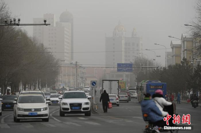 1月13日中午,呼和浩特市天空变灰,城市遭遇空气严重污染。1月13日,内蒙古自治区中西部多地遭遇空气严重污染,空气质量明显下降,局地空气质量指数达500。据内蒙古自治区生态环境厅监测,下午2时,鄂尔多斯市、呼和浩特市、巴彦淖尔市、乌兰察布市、包头市空气质量指数达峰值500,空气质量严重污染。 刘文华 摄