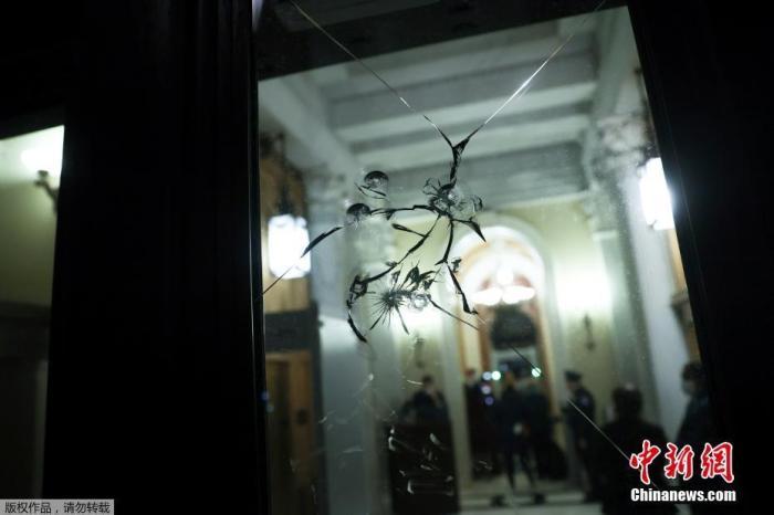 图为当地时间1月12日,美国华盛顿,遭到破坏的众议院玻璃门。