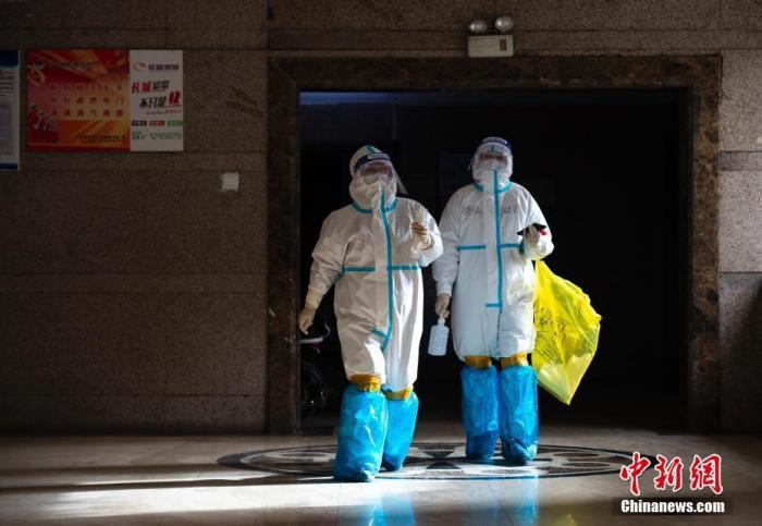 资料图:河北石家庄,医护人员上门入户为市民核酸采样 中新社记者 侯宇 摄