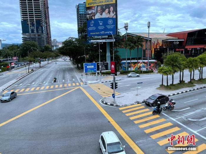 资料图:当地时间1月13日,马来西亚在首都吉隆坡等部分州属和联邦直辖区近10个月后第二度实施行动限制令,限制民众出行人数、活动范围,禁止举办群体聚会及限制商业运行。图为下午5时许,下班高峰期吉隆坡中心区域车辆稀疏。<em></em> 中新社记者 陈悦 摄