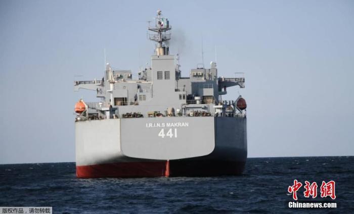 """当地时间2021年1月13日,伊朗阿曼湾,伊朗海军举行军事演习,演习涉及阿曼海及印度洋北部部分海域。伊朗海军最大的""""直升机航母""""之一""""莫克兰""""号后勤舰参与当天演习。"""