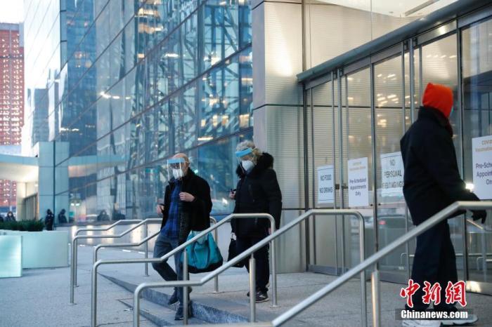 当地时间1月13日,纽约贾维茨新冠疫苗接种中心外的居民。曾改建为方舱医院的贾维茨会展中心由纽约州政府主导改建为新冠疫苗接种中心,于13日正式向预约民众开放。 <a target='_blank' href='http://www.chinanews.com/'>中新社</a>记者 廖攀 摄