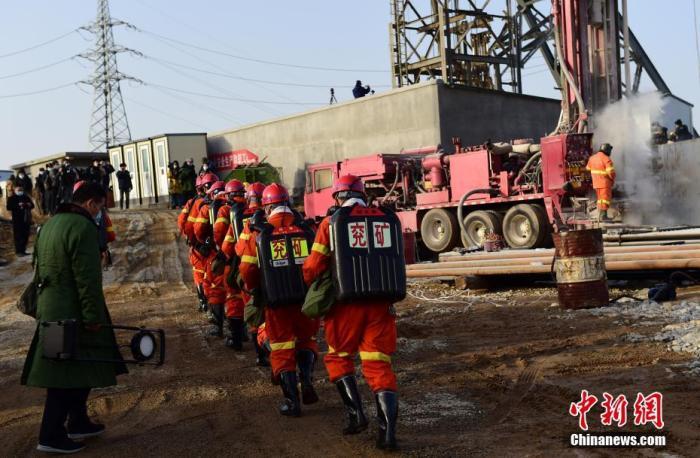 1月13日,山东栖霞金矿爆炸事故救援继续紧张有序进行。不断有新的救援力量来到现场,投入救援工作。中新社记者 王娇妮 摄