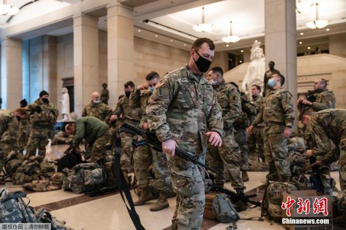 当地时间1月13日,美国国会大厦内的国民警卫队队员。