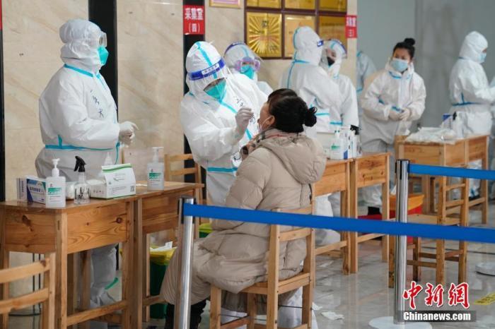 资料图:社区居民接受核酸检测。中新社记者 吕品 摄