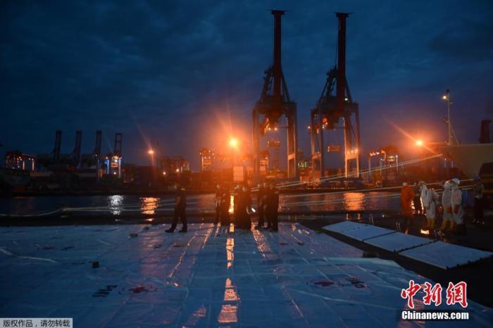 据外媒当地时间1月13日报道,印度尼西亚当局表示,由于天气原因,将暂停搜寻坠落客机黑匣子的工作。当地时间1月9日14时40分,印尼三佛齐航空公司的SJ182航班波音737-500客机,起飞4分钟后与地面失联,后被发现坠毁于雅加达北面千岛群岛海域。该航班上共有50名乘客和12名机组人员。图为法警在对遇难者进行身份识别。