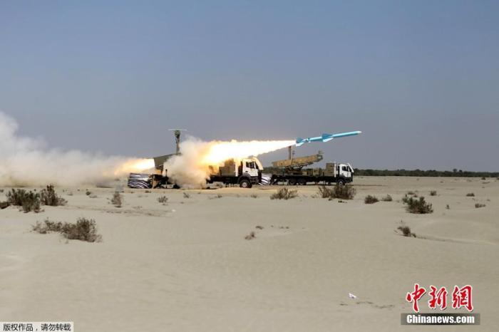 据伊朗伊斯兰共和国通讯社14日报道,伊朗在阿曼湾海军演习最后阶段期间,成功发射了多枚巡航导弹,击中位于印度洋北部和演习现场的靶标。图为伊朗海军在阿曼湾军事演习期间发射了一枚努尔远程反舰导弹。