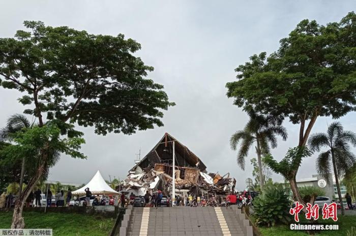 当地时间1月15日凌晨,印尼西苏拉威西省发生6.2级地震,造成大量房屋损毁倒塌。据印尼减灾机构15日在一份声明中表示,地震至少造成3人死亡、24人受伤。图为西苏拉威西省的马木州,人们围在受损的省长办公室前。