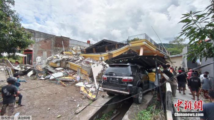 当地时间15日凌晨,印尼苏拉威西岛发生6.2级地震。目前,地震已造成至少42人死亡,数百人受伤,上千人流离失所。地震致震中所在的马杰内县和相距几十公里的西苏拉威西省首府马穆朱,灾情严重。包括省政府办公大楼、医院、酒店等在内的建筑在地震中严重损毁,大量民房倒塌。图为救援人员在马穆朱一座倒塌的建筑物内搜寻幸存者。