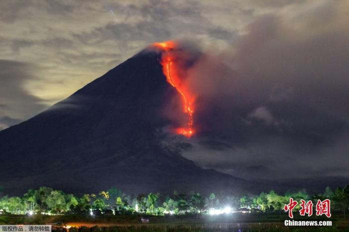 当地时间1月16日,印度尼西亚东爪哇省塞梅鲁火山喷发,冒出大量浓烟遮天蔽日,景象壮观。