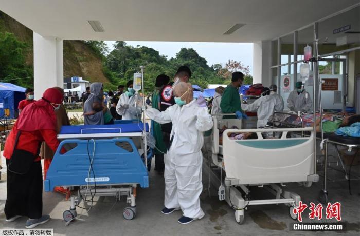 当地时间1月17日,印尼苏拉威西岛,部分病人在医院外接受治疗。