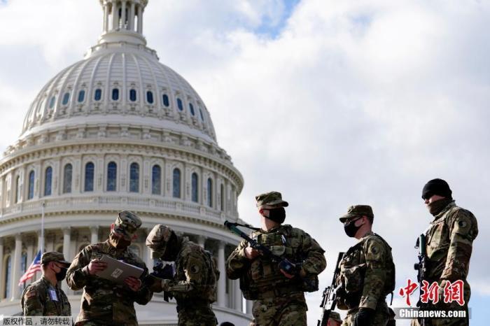 资料图:当地时间1月17日,美国国民警卫队士兵抵达特区,保障就职典礼的安全。