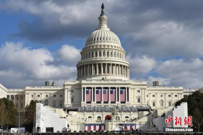 当地时间1月18日,美国总统就职典礼筹备工作有序进行。图为1月18日,国会大厦的总统就职典礼礼台。 中新社记者 陈孟统 摄