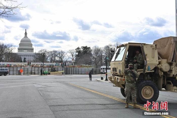 资料图:图为1月18日在国会大厦外执勤的国民警卫队员。 中新社记者 陈孟统 摄
