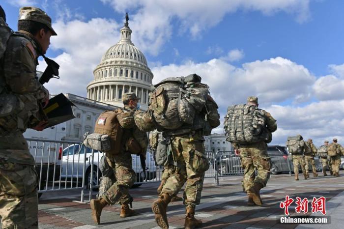 当地时间1月18日,距离美国当选总统拜登宣誓就职还有两天,首都华盛顿进入高度戒备状态。图为1月18日,一队进驻国会大厦的国民警卫队员。 中新社记者 陈孟统 摄