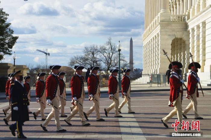 美国总统就职典礼筹备有序进行。图为1月18日,在国会大厦外彩排的礼兵。 中新社记者 陈孟统 摄