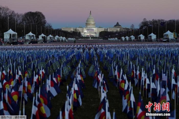当地时间1月19日,美国首都华盛顿,第46任美国总统就职仪式已经准备就绪。图为华盛顿国家广场上插满了旗帜。