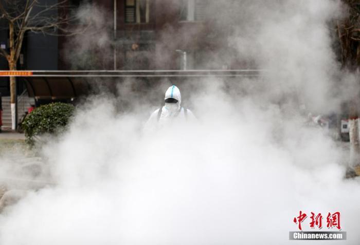 1月20日,石家庄赵陵铺路街道上河原著社区,工作人员正有序进行消毒工作。 中新社记者 翟羽佳 摄