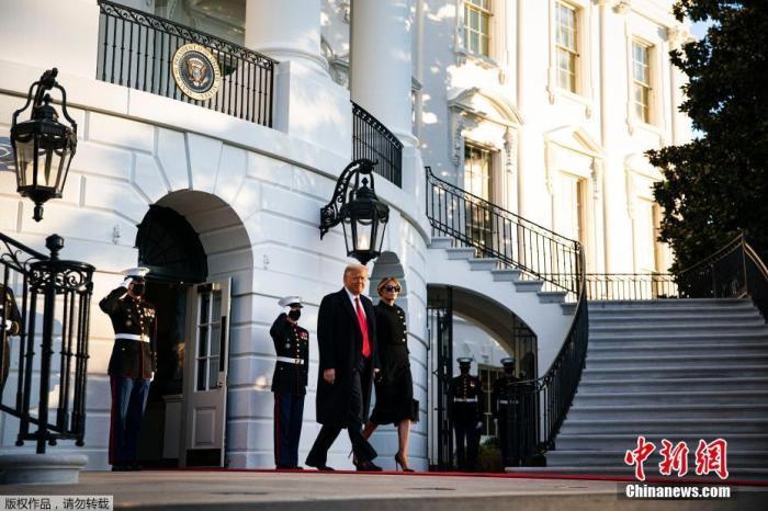 """资料图:当地时间2021年1月20日,美国华盛顿,特朗普提前离开白宫,他及妻子梅拉尼娅乘""""海军陆战队一号""""总统专用直升机,前往安德鲁斯空军基地。在那里,将举行简短告别仪式。数小时后,拜登将宣誓就任新一任美国总统,特朗普的四年任期随之宣告结束。与以往惯例不同,特朗普将不会出席拜登的就职典礼。"""
