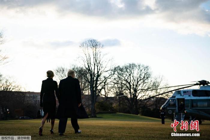 """當地時間2021年1月20日,美國華盛頓,特朗普提前離開白宮,他及妻子梅拉尼婭乘""""海軍陸戰隊一號""""總統專用直升機,前往安德魯斯空軍基地。"""