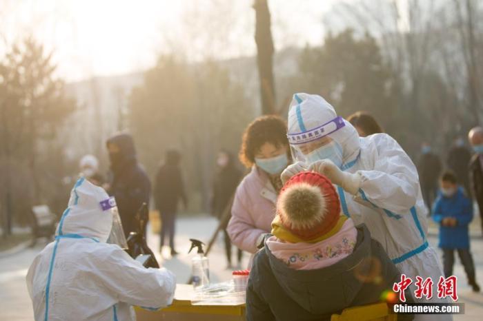 资料图:1月21日,山西省晋中市榆次区对从中、低风险区返乡且居家隔离期满14天人员进行第二次核酸检测。 中新社记者 张云 摄