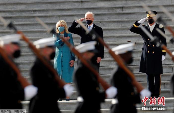当地时间1月20日中午,美国当选总统、民主党人拜登在国会山正式宣誓就任美国第46任总统。图为美国总统拜登检阅军队。