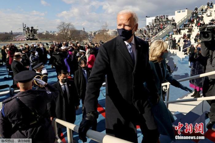 圖為美國總統拜登宣誓就職后與夫人離開國會大廈。