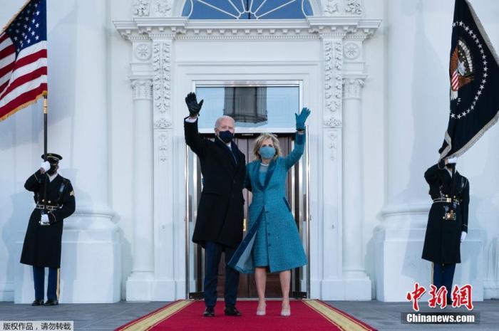 当地时间1月20日中午,美国当选总统、民主党人拜登在国会山正式宣誓就任美国第46任总统。图为美国总统拜登与夫人抵达白宫。