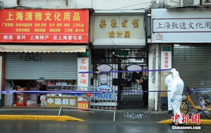 上海黄浦区昭通路居民区(福州路以南区域)被列为中风险地区。防疫人员在现场执勤。 汤彦俊 摄