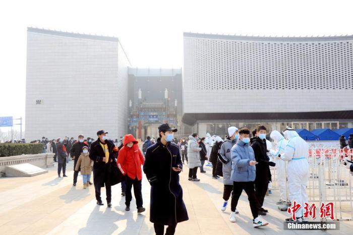 1月22日,北京。西城区天桥街道在市民广场组织核酸检测。中新社发 牛云岗 摄 图片来源:CNSPHOTO