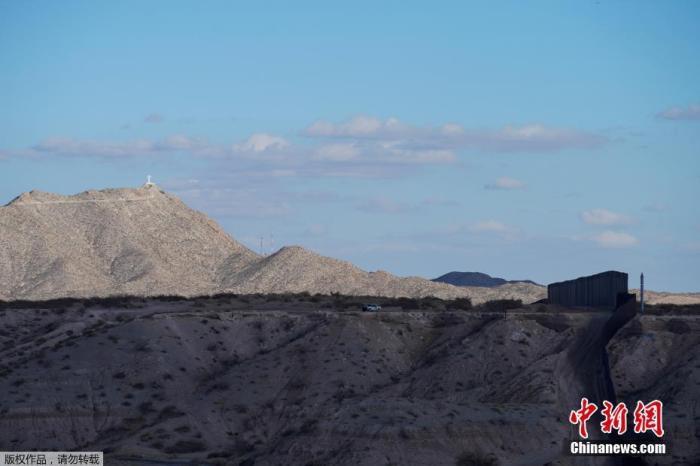 原料图:美国新墨西哥州Sunland Park旁的美墨边境墙。