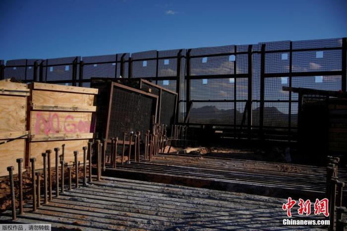 当地时间2021年1月22日,美国新墨西哥州Sunland Park一处边境墙工地内,建材搁置一旁,并无工人施工。20日,美国总统拜登签署了要求停止美墨边境墙建设的行政令。