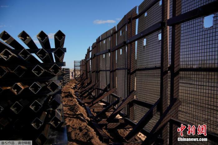 当地时间1月22日,美国新墨西哥州Sunland Park一处边境墙工地内,部分建筑材料被弃置一旁。20日,美国总统拜登签署了要求停止美墨边境墙建设的行政令。