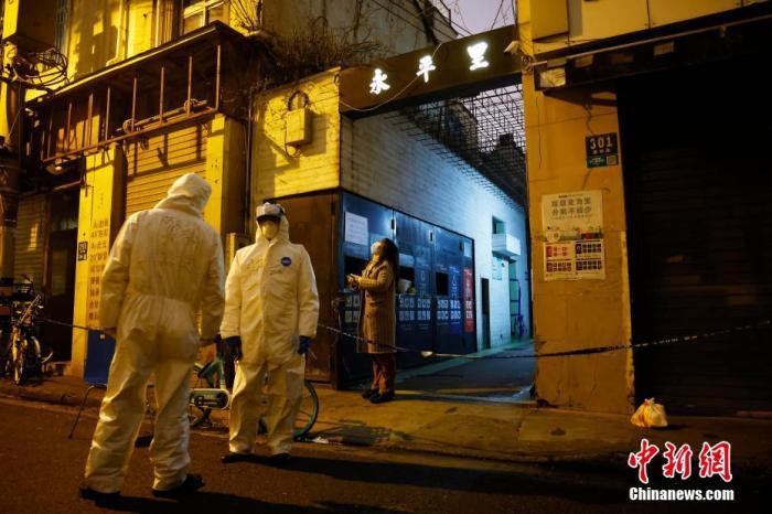资料图:上海确诊病例涉及区域和场所严格落实消毒措施。 殷立勤 摄